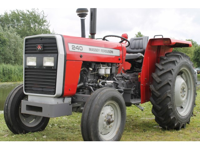 Massey-Ferguson-240-Traktor