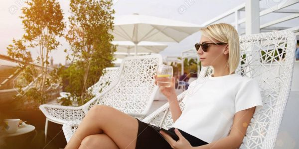 امرأة-مرفحة-غنية-مليارديرة-600x300-c