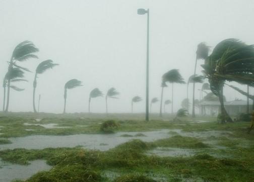 """بعد إشارة تقارير لتهديده المغرب..إعصار """"ليزلي"""" يضرب سواحل البرتغال بقوة ويتسبب في عشرات الإصابات- صور"""