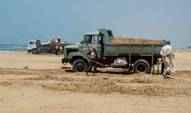 """تقرير: رمال الشواطئ في المغرب ستختفي بسبب """"المافيا"""""""