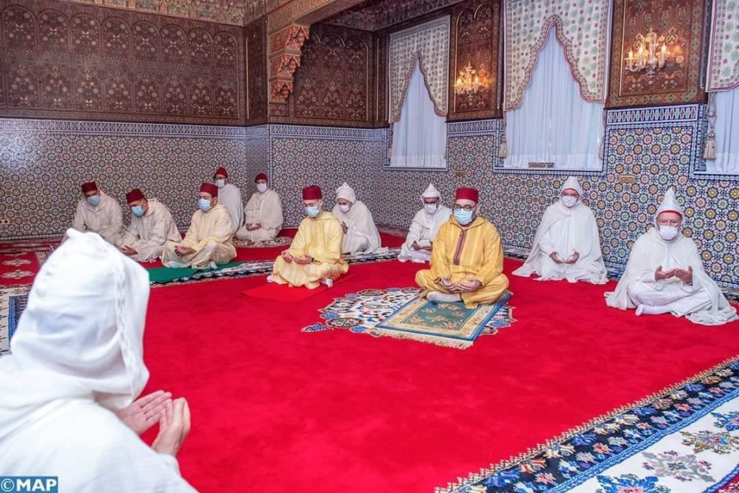 بدون خطبة.. الملك يؤدي صلاة العيد في احترام للحجر الصحي